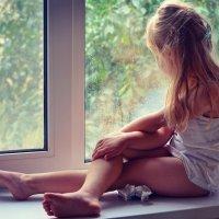 Смотрит сонными глазками на капельки дождя... :: Марина Романова