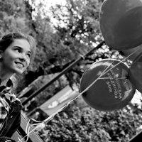 Девушка с шариками. :: Дмитрий Воронин