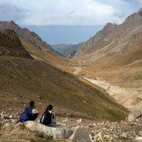 Горы - это отличное место, где можно проверить дружбу на прочность. :: Anna Gornostayeva