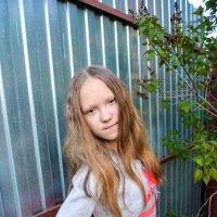 Таня на фоне забора, последние летние фото :: Света Кондрашова