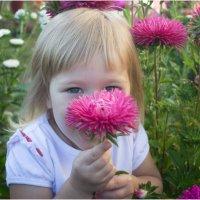 Девочка с цветком :: Елена Исхакова