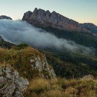Осеннее утро с потоком тумана у Чёртовых ворот :: Александр Плеханов