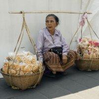 Таиланд. Бангкок. Продавец сладостей :: Владимир Шибинский