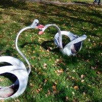 """Скульптура """"Два лебедя"""". (Санаторий """"Заря"""", п. Репино) :: Светлана Калмыкова"""