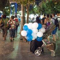 Ребёнок и бело-голубые шары. :: Alla