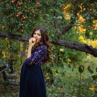 В яблоневом саду :: Наталья Петрова