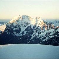 Вершины Накратау и Донгузорун со склонов Эльбруса. :: Lmark