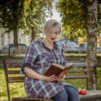 Девушка в осеннем парке :: Анна Толмачева