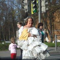 Дама, возвращающаяся из парка и переходящая дорогу... :: Наталья