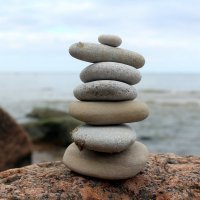Пирамидка из камней на берегу залива :: Marina Pavlova