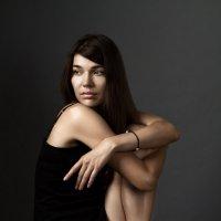 Портрет красивой молодой женщины в коротком платье :: Сергей Иванов