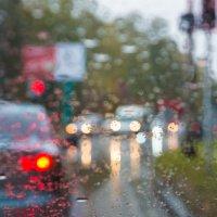 в городе дождь :: Дмитрий Карышев