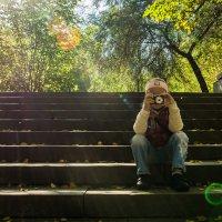 Маленький фотограф в осеннем парке :: Александр Шамов