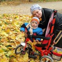 На прогулке с бабушкой :: Андрей Заломленков