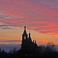 Восход над  сельским Храмом :: Виталий Селиванов