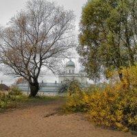 Осенняя прогулка у стен монастыря :: Павел