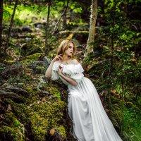Девушка в белом платье в лесу :: Ольга Невская