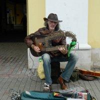 Сергей Садов с уникальным струнныйм инструментом Садора :: Andrew