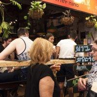 У стойки пивного бара на рынке в Иерусалиме. :: Alla