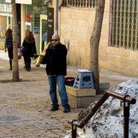 Музыкант на улице Бен-Иегуда в Иерусалиме после снегопада. :: Игорь Герман