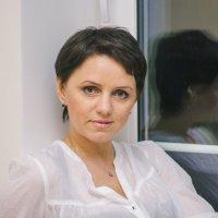 Девушка у окна :: Юлия Николаева