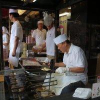 Мастер по изготовлению кондитерских изделий на улочке Накамисэ-дори.Токио :: Ilona An
