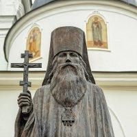 Памятник священномученику епископу Серафиму . :: Анатолий. Chesnavik.