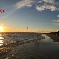 Парапланы в закате над Финским заливом :: Оксана Ярёменко
