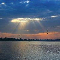 Небесный свет над Волгой. :: Владимир Безбородов