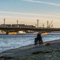 Рыбак с охраной :: Valerii Ivanov