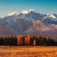 Горы в вечерних лучах солнца :: Анатолий Иргл