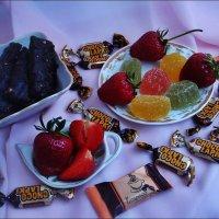 Шоколадно-мармеладное угощение с клубничкой :: Нина Корешкова