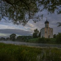Ранним сентябрьским утром у храма Покрова на Нерли. :: Igor Andreev