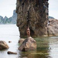 Девушка на скале. :: Поток