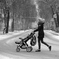 Девушка, коляска с ребенком и думы :: Марина Marina