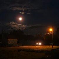 Ночь на деревенской улочке :: Геннадий Ячменев