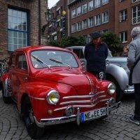 Маленькая выстовка машин на площади перед Ратушей :: Witalij Loewin
