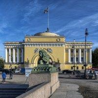 Лев на Дворцовой пристани :: Valeriy Piterskiy