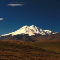 Сияет утро снежными горами, Эльбрус могучий властвует над всем... :: Vladimir 070549