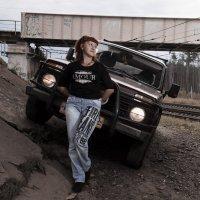 Девушка с машиной у железной дороги :: Дмитрий Кузнецов