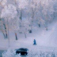 Шагает зима в белоснежном, а женщина в валенках,... :: Екатерина Торганская