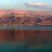на противоположном берегу Мертвого моря видны горы в Иордании :: vasya-starik Старик