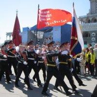 Шагают в ряд кадеты под Знаменем Победы :: Дмитрий Никитин