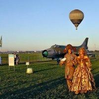 Авиафестиваль в Коротиче. И кавалеры дам с полётов там встречали... :: Александр Резуненко