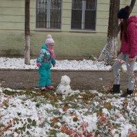 Всех опередила... первая баба из снега! :: Александр Скамо