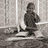Бабушка плетущая корзинки (сепия) :: Александр
