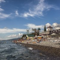 Пляж в Лазаревском :: Юрий Клишин