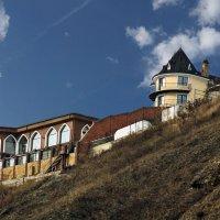 Неприступный дом-замок на горе в поселке Удачный :: Екатерина Торганская