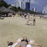На пляже в Нячанге :: Виктор Куприянов
