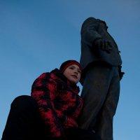С памятником :: Майя Смехова